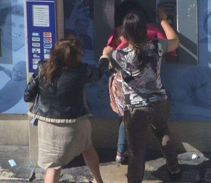 У Франції дві циганки серед білого дня пограбували жінку біля банкомату (10 фото)