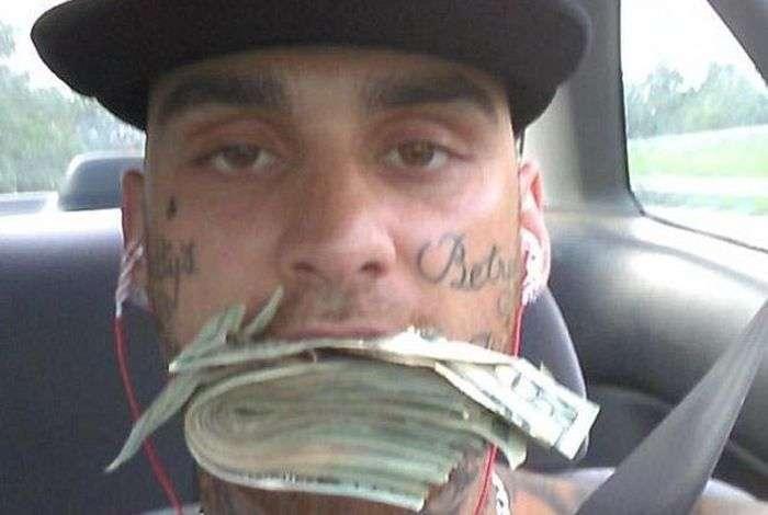 Грабіжник банку спалився, опублікувавши фото з грошима в Facebook (6 фото)