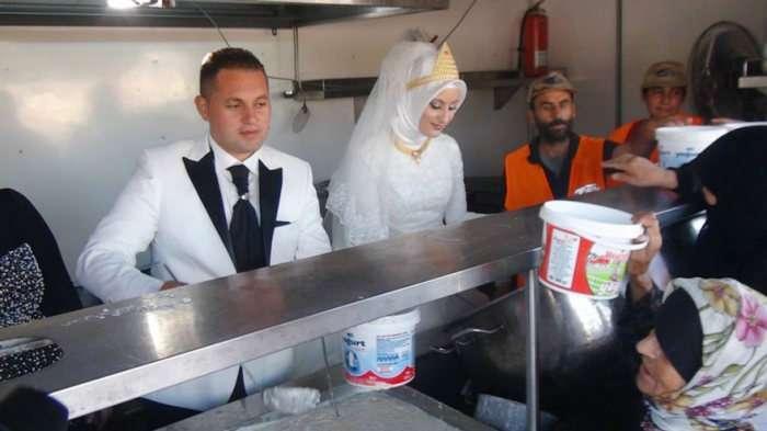Турецькі молодята витратили гроші на весілля, щоб нагодувати біженців (5 фото)