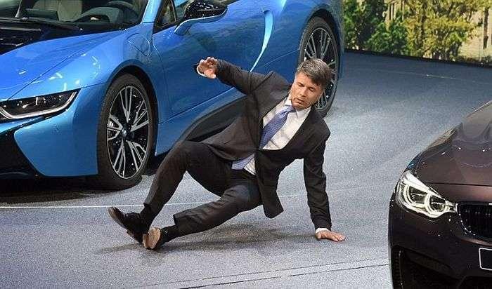 Гендиректор BMW Харальд Крюгер впав в непритомність на відкриття Франкфуртського автосалону (4 фото + відео)