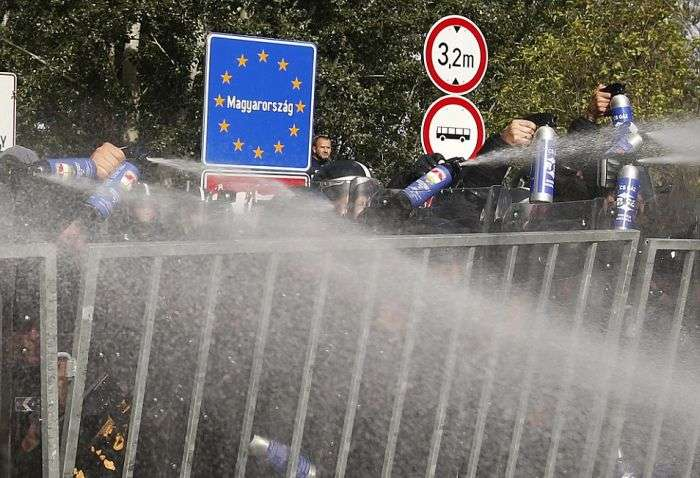 Біженці зробили спробу штурму закритій угорського кордону (15 фото + відео)