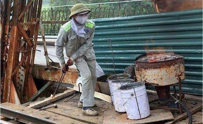Вправні робітники «жонглюють» розпеченими болтами (8 фото + відео)