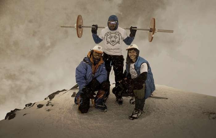 Пауерліфтер Андрій Родічев піднявся на Ельбрус з 75-кілограмовою штангою (4 фото)