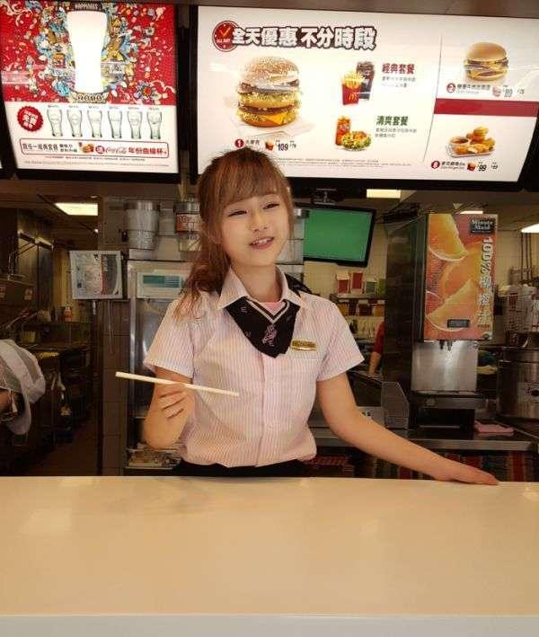 Користувачі мережі назвали мешканку Тайваню найкрасивішою працівницею mcdonalds (12 фото + відео)