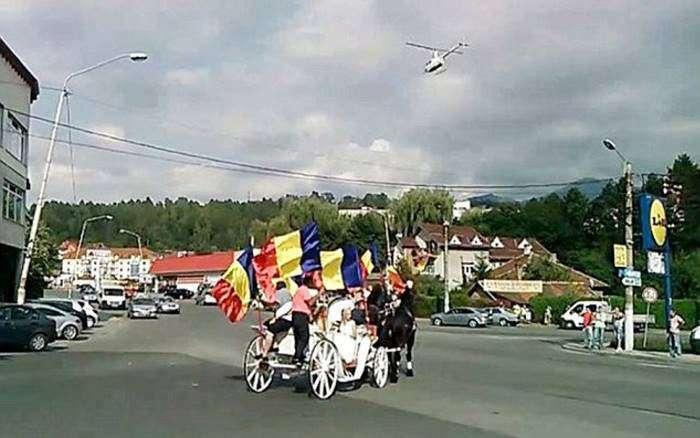 У Румунії пройшла розкішне весілля з дорогими машинами, каретою і вертольотом (11 фото + відео)