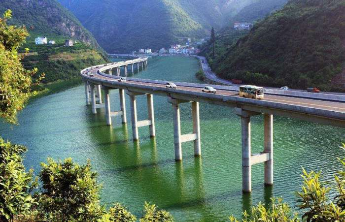 У Китаї новий міст-шосе пустили прямо по руслу річки (4 фото)