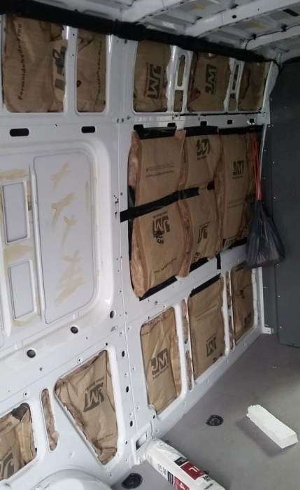 Будинок для мандрівника на базі невеликого фургона (21 фото)