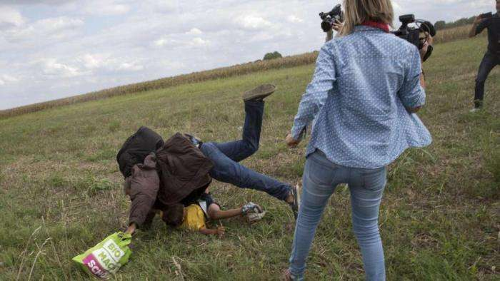 В Угорщині журналістку звільнили за підніжки мігранту (2 фото + 2 відео)