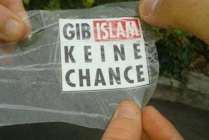 Небезпечні наклейки в Німеччині (3 фото)