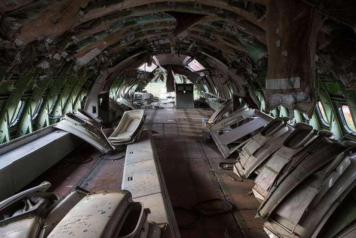 У Таїланді три родини оселилися на кладовищі для літаків (14 фото)