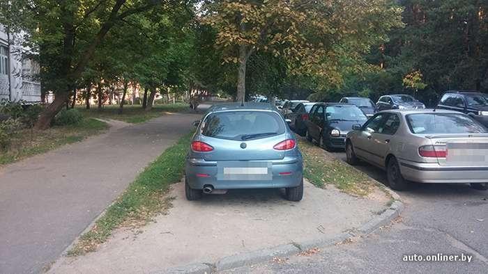 Неоголошена війна з-за паркування на газоні (3 фото)