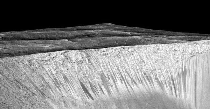 NASA знайшло прямі докази існування рідкої води на Марсі (2 фото)
