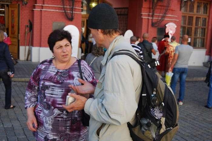Шахраї в рясах біля стін кремля (19 фото)