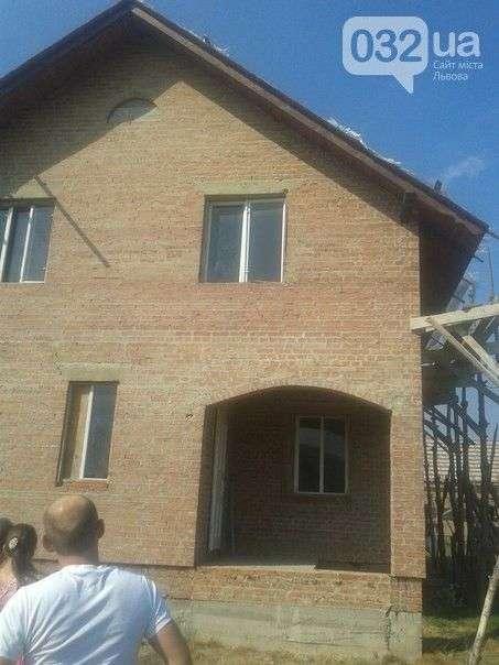 Жителі українського села моляться на вікно, на склі якого вони розгледіли Божу матір (3 фото + відео)