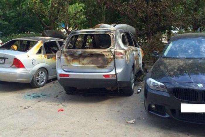 Святкуючи покупку BMW, житель Ростова-на-Дону спалив три автомобіля (3 фото)