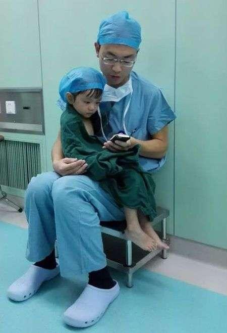 Добрий хірург заспокоїв маленьку пацієнтку (3 фото)