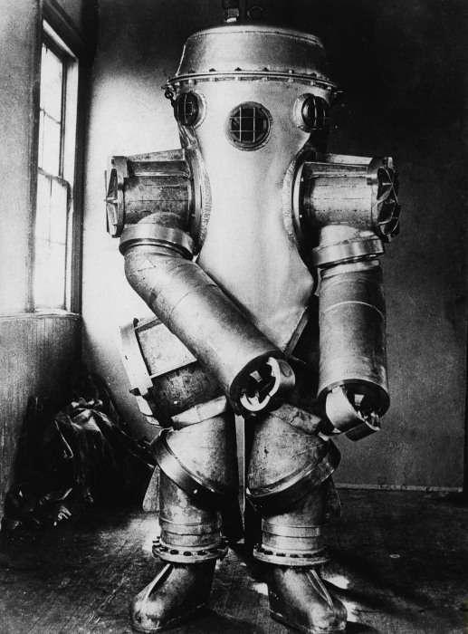 Рідкісні кадри перших гідрокостюмів, нагадували страшних роботів (8 фото)