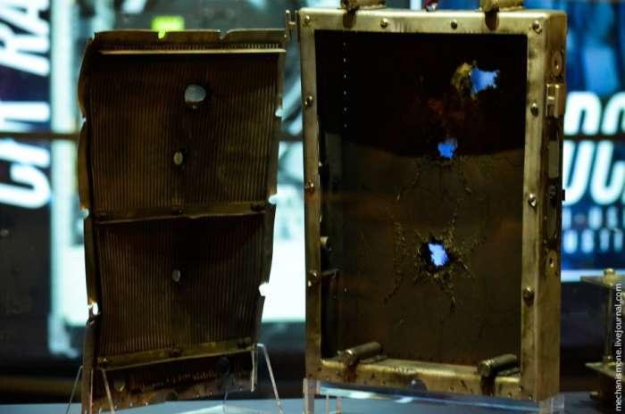 Наслідки зустрічі з шматочком пластику або простим болтом в космосі (5 фото)