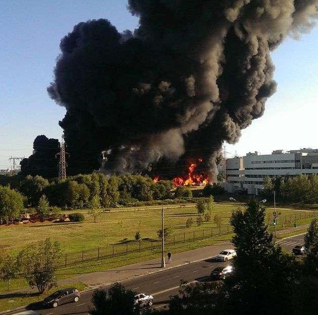 У Москві ліквідували пожежу на поверхні Москви-ріки (10 фото + відео)