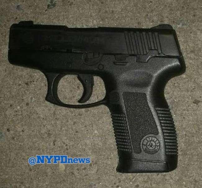 Стріляючи у злочинця, нью-йоркські поліцейські промахнулися 83 рази (5 фото + відео)