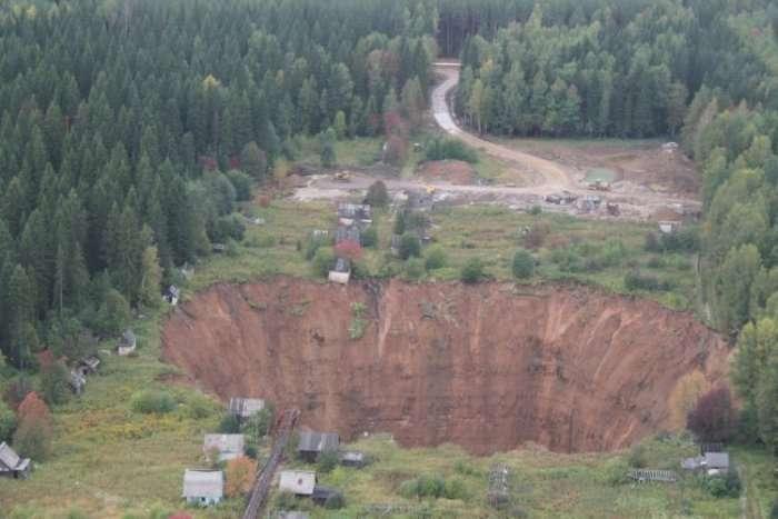 Гігантський провал під Солікамському збільшився в розмірах (6 фото)