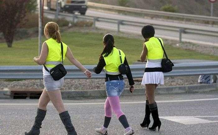 Що це за дівчата на трасі? (3 фото)