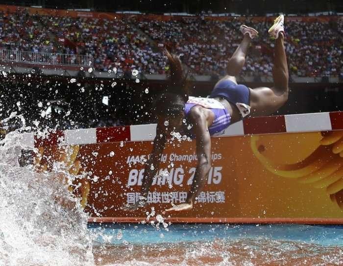 Легкоатлетка Роланда Белл впала в яму з водою під час бігу з перешкодами (5 фото)