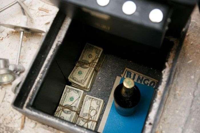 Американська пара знайшла сейф з грошима під підлогою своєї кухні (11 фото)