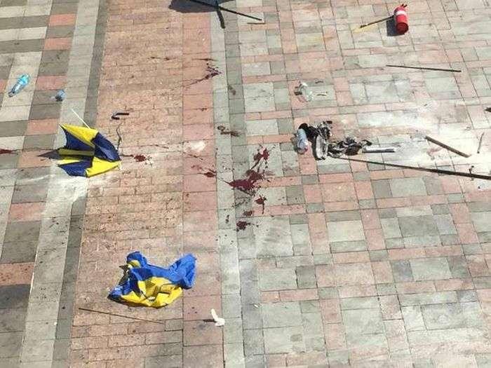 У Києві біля будівлі Верховної Ради спалахнули заворушення. Є жертви (25 фото + 3 відео)