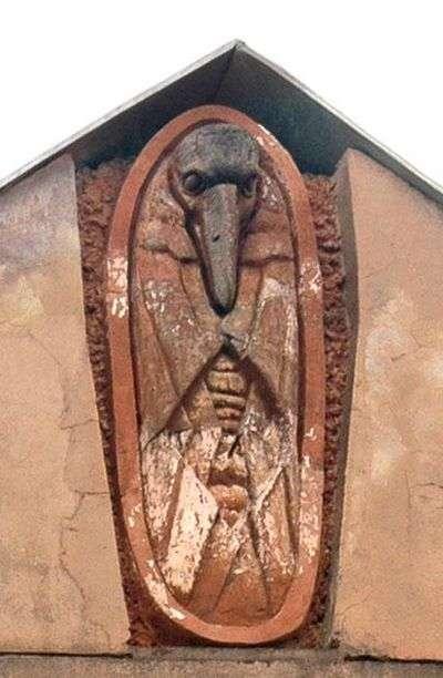 У Санкт-Петербурзі зі старого будинку, навпроти якого будується храм, збили фігуру Мефістофеля (5 фото)