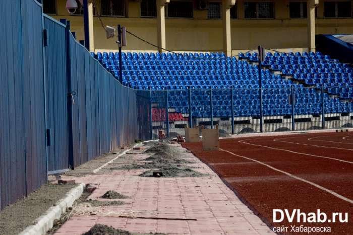 На стадіоні в Хабаровську поклали гумове покриття, яке рветься руками (15 фото + відео)