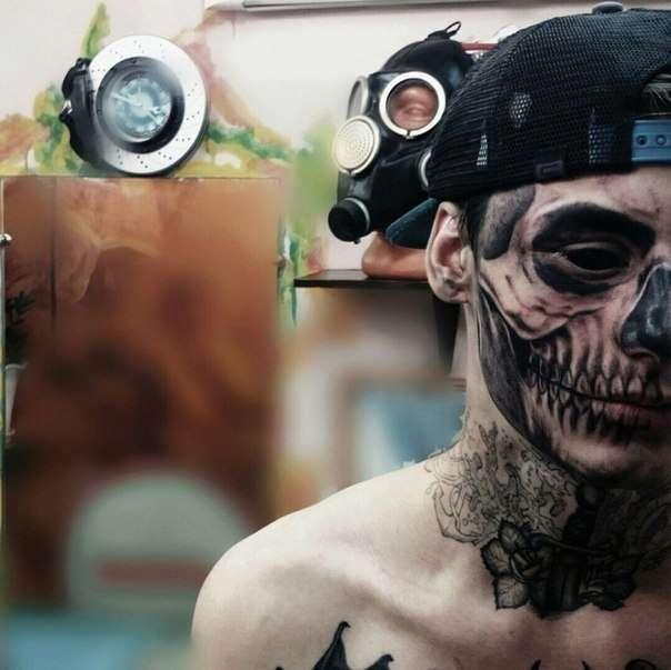 Красноярський юнак «прикрасив» особа татуюванням із зображенням черепа (4 фото)