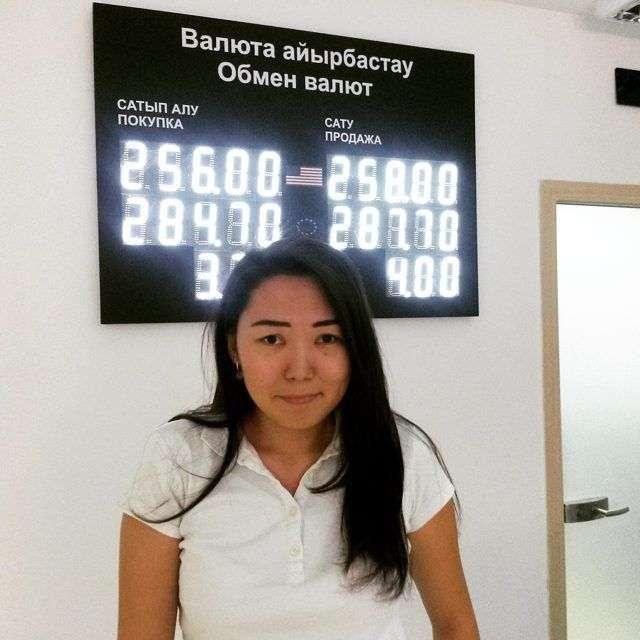 Казахстанський тенге різко обвалився після переходу на вільний курс (7 фото)
