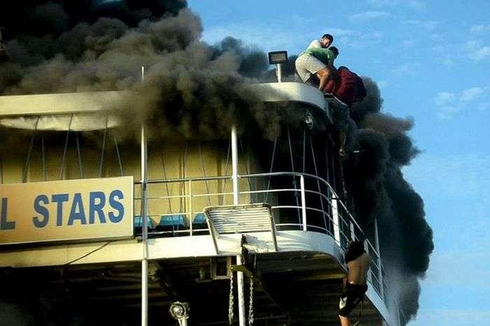 На Філіппінах сталася пожежа на пасажирському поромі (3 фото + відео)