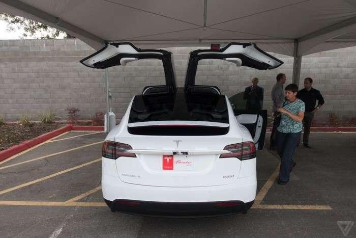 Компанія Tesla офіційно представила кросовер-електрокар Model X (15 фото)