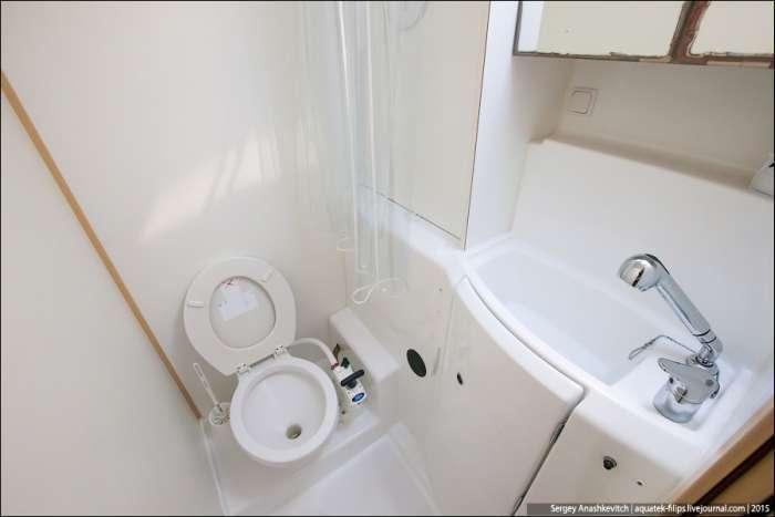 Дивний туалет на яхті (8 фото)
