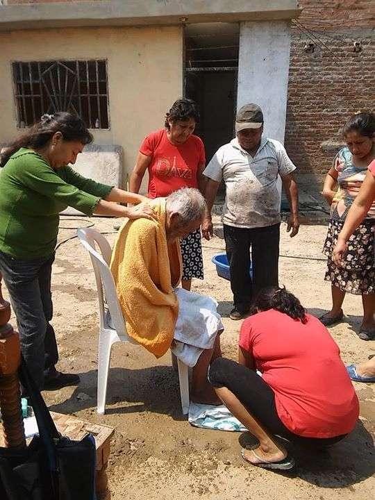 Волонтери повернули людський вигляд бездомному перуанцу (6 фото)