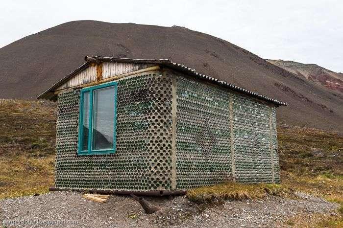 Пляшковий будиночок в радянському шахтарському селищі Піраміда (6 фото)