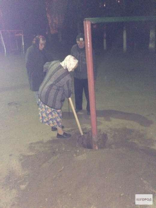 Саранские пенсіонери викопали металеву конструкцію для вибивання килимів (6 фото)