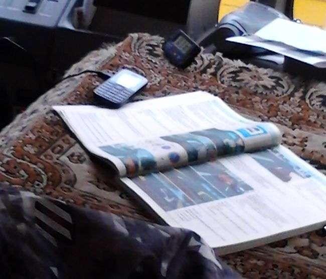 Маршрутник, вивчає ПДР прямо в момент руху (2 фото)