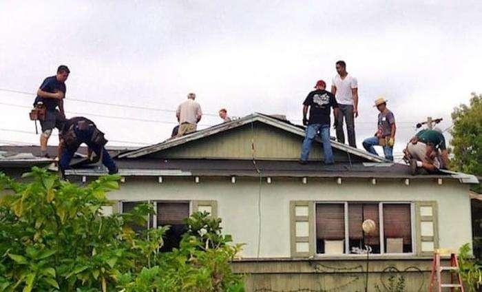 Покрівельники-добровольці безкоштовно перекрили дах 75-річному пенсіонеру (10 фото)