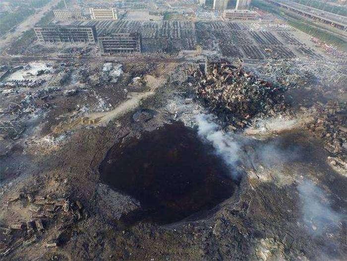 На місці вибуху в Тяньцзіні залишилася гігантська воронка (3 фото)