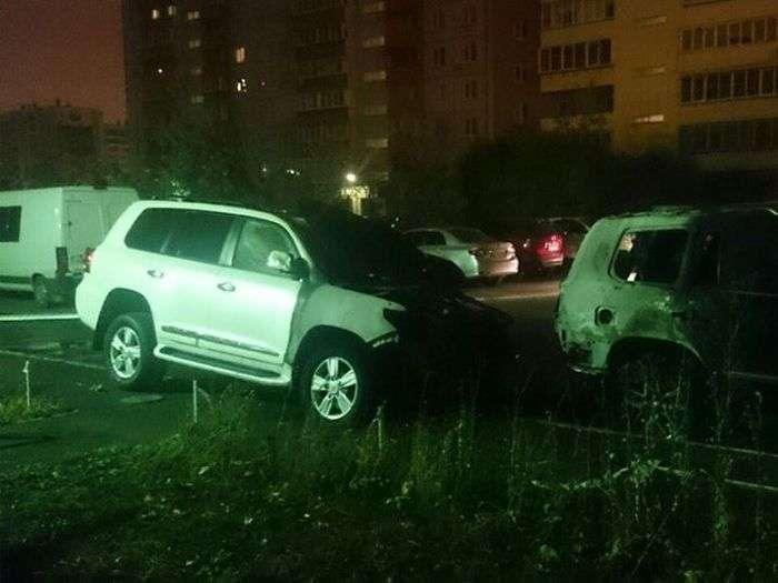 Господарі згорілих автомобілів оголосили нагороду в 500 000 рублів за інформацію палія (2 фото)