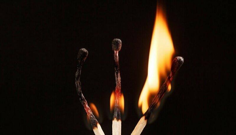 Почему после сгорания спичка образует форму булавки? Интересное