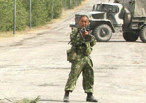 Военная колона Грузии встретила одного солдата РФ. Они думали, что он убежит. новости,события